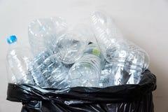 Bouteilles en plastique dans les sacs de déchets noirs attendant pour être pris pour réutiliser Photo libre de droits