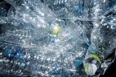 Bouteilles en plastique dans les sacs de déchets noirs attendant pour être pris pour réutiliser images stock