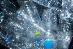 Bouteilles en plastique dans les sacs de déchets noirs attendant pour être pris pour réutiliser Photos stock