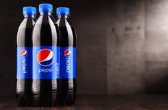 Bouteilles en plastique de boisson non alcoolisée carbonatée Pepsi image libre de droits