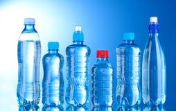 Bouteilles en plastique de groupe de l'eau Photos stock