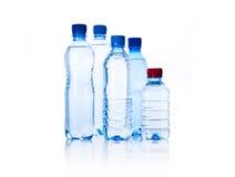 Bouteilles en plastique de groupe de l'eau sur le blanc Photo libre de droits