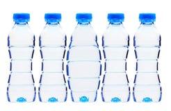 Bouteilles en plastique de l'eau d'isolement sur le blanc Images stock
