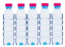 Bouteilles en plastique de l'eau d'isolement sur le blanc Image libre de droits