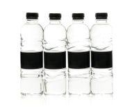Bouteilles en plastique de l'eau de seltz avec le label vide D'isolement sur le blanc Photos stock