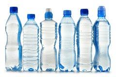 Bouteilles en plastique de l'eau minérale sur le blanc Photo stock