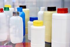 Bouteilles en plastique pour la pharmacologie et le produit domestique image stock