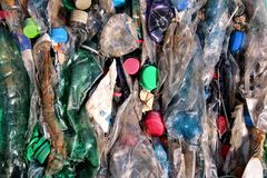 Bouteilles en plastique sur la pile, prête à obtenir réutilisé Réutilisation de vieilles bouteilles en plastique Pile d'emballer  Image libre de droits