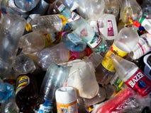 Bouteilles en plastique vides jetées dans les déchets Photographie stock