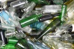 Bouteilles en verre à l'intérieur d'une réutilisation en verre Photo stock
