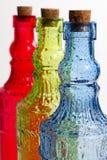 Bouteilles en verre colorées avec des baisses de l'eau images libres de droits