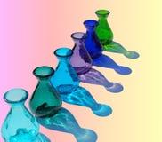 bouteilles en verre colorées et réflexions Photo libre de droits