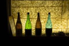 Bouteilles en verre colorées rétro-éclairées de saké Images libres de droits