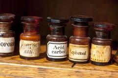 Bouteilles en verre dans la pharmacie historique Image stock