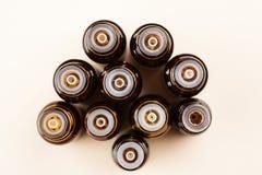 Bouteilles en verre de Brown petites avec l'ensemble d'huiles de compte-gouttes, cosmétiques et essentielles, vue supérieure image libre de droits