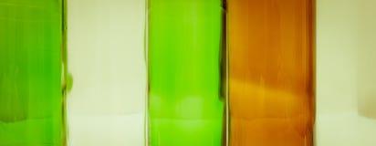Bouteilles en verre de couleurs mélangées comprenant le vert, blanc d'espace libre, front Photo stock