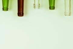 Bouteilles en verre de couleurs mélangées comprenant le vert, blanc d'espace libre, front Photos libres de droits