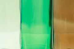 Bouteilles en verre de couleurs mélangées comprenant le vert, blanc d'espace libre, front Image stock