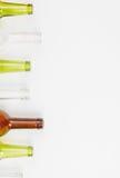 Bouteilles en verre de couleurs mélangées comprenant le vert, blanc d'espace libre, front Photos stock