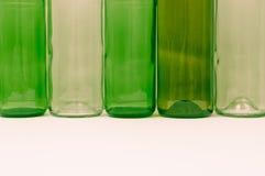 Bouteilles en verre de couleurs mélangées comprenant le vert, blanc d'espace libre, front Images libres de droits