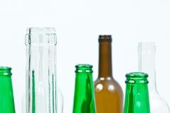 Bouteilles en verre de couleurs mélangées comprenant le vert, blanc d'espace libre, front Image libre de droits