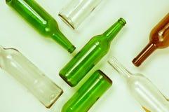 Bouteilles en verre de couleurs mélangées comprenant le vert, blanc d'espace libre, front Photographie stock