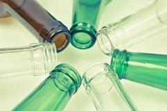 Bouteilles en verre de couleurs mélangées comprenant le vert, blanc d'espace libre, front Photographie stock libre de droits
