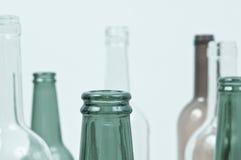 Bouteilles en verre de couleurs mélangées comprenant le vert, blanc d'espace libre, front Photo libre de droits