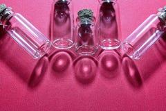 Bouteilles en verre et réflexions Photo libre de droits