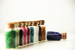 Bouteilles en verre minuscules remplies de perles Image libre de droits