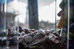 Bouteilles en verre rassemblées pour la réutilisation photographie stock libre de droits