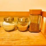 Bouteilles en verre sur le café Images stock