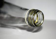 Bouteilles en verre sur un fond blanc photographie stock