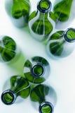 Bouteilles en verre vertes au-dessus de vue Image libre de droits