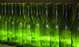 Bouteilles en verre vertes pour des boissons Photographie stock libre de droits