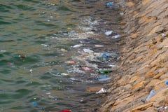Bouteilles et déchets en plastique dans l'eau image stock