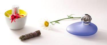 Bouteilles et fleurs à la maison de luxe de parfum Photo libre de droits