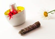 Bouteilles et fleurs à la maison de luxe de parfum Image stock