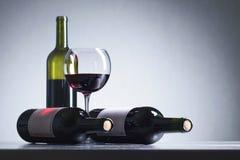 Bouteilles et glace de vin rouge Photo stock