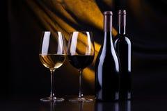 Bouteilles et glaces de vin Photographie stock