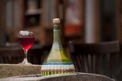 Bouteilles et glaces de vin Photos libres de droits