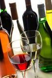 Bouteilles et glaces de vin rouge et blanc Photos libres de droits