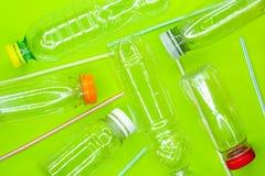Bouteilles et pailles en plastique vides r?utilisez le concept de rebut Vue sup?rieure images libres de droits