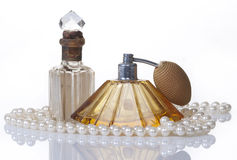 Bouteilles et perles de parfum de cru, d'isolement sur le wh Photographie stock
