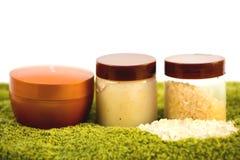 Bouteilles et sel de bain crèmes sur les essuie-main Photo libre de droits