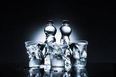 Bouteilles et tasses en plastique chiffonnées avec de l'eau Photos libres de droits