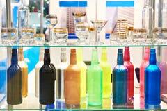 Bouteilles et verrerie colorées Image libre de droits