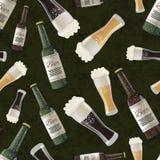 Bouteilles et verres de bière foncée et blonde sur le fond vert, modèle sans couture Photographie stock