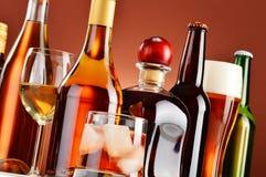 Bouteilles et verres de boissons alcoolisées assorties Images stock