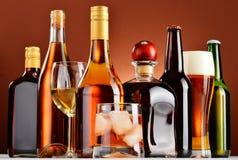Bouteilles et verres de boissons alcoolisées assorties Photo libre de droits